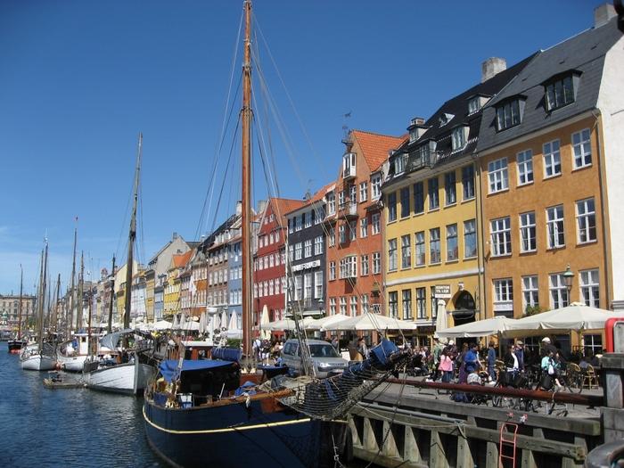 デンマークにあるコペンハーゲンで押さえておきたいのが「ニューハウン」。港にカラフルなお家が並んでいる様子はおとぎ話のようですよね。これは昔、船乗りたちが夜仕事を終えて帰るときに遠くから自分の家をすぐ見つけられるよう鮮やかな色を塗ってできたのだとか。
