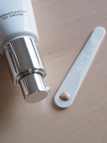 CCクリームもこれ1つで下地として使えるため、BBクリームと同じ使い方でOK。  少量を顔のパーツにおき、やさしく伸ばして完了です。  ちょっと油分が多いかな?と思った時はスポンジやティッシュで軽く油分をオフしておくとファンデーションのモチ・ノリがアップしますよ。  ナチュラルに仕上げたい場合はパウダーファンデ、しっかりメイクをしたい場合はリキッドファンデーションを薄めに塗るときれいに仕上がります♪