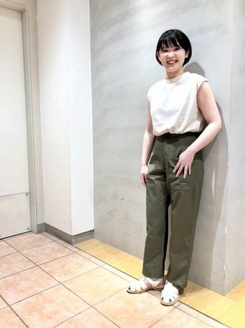 パンツと合わせても涼しげな印象のホワイトのグルカサンダルは、夏の通勤ファッションにもピッタリ◎ パンプスとサンダルの中間的なイメージで、カジュアルな着こなしからオフィススタイルまで、幅広いコーデに役立ちます。