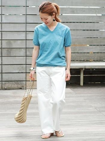 ホワイトデニムに鮮やかなブルーのTシャツを合わせて爽やかに!暑さも和らぎそうな配色が素敵です。Vネックを合わせることでデコルテラインがキレイに見えて女性らしいコーデに仕上がります。
