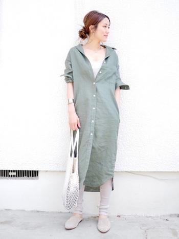 ミモレ丈のシャツワンピースはレイヤードスタイルにもぴったり。やさしい色味のインナーやレギンスを合わせれば女性らしいやわらかい雰囲気に。スキニーを合わせても◎。