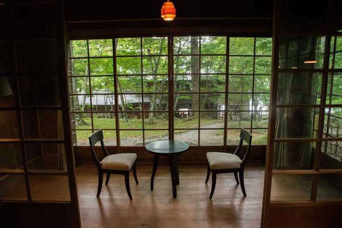 こちらは、本邸のすぐそばにある「国際避暑地歴史館(副邸)」。湖が見渡せる本邸とは対照的に、森の中の景観を生かした建物で、窓から四季の移ろいを眺めることができます。今でも野生のシカが姿を見せるほど自然豊かな場所です。