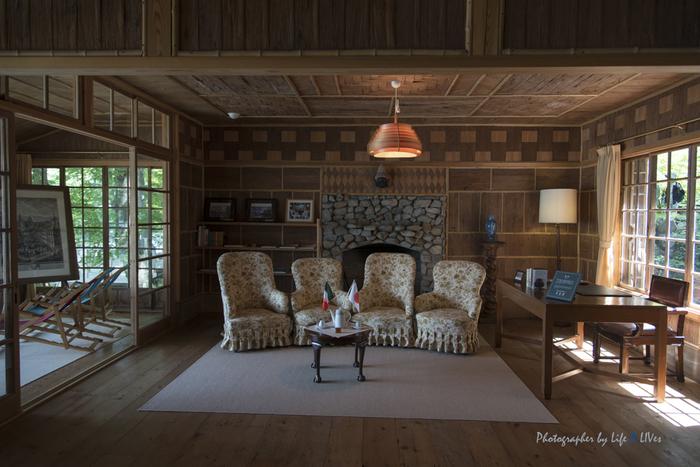 床板や建具・家具などをできる限り再利用して復元しています。応接室の暖炉は、地元の石を積んで作られていて、椅子に座って記念写真を撮ることもできます。