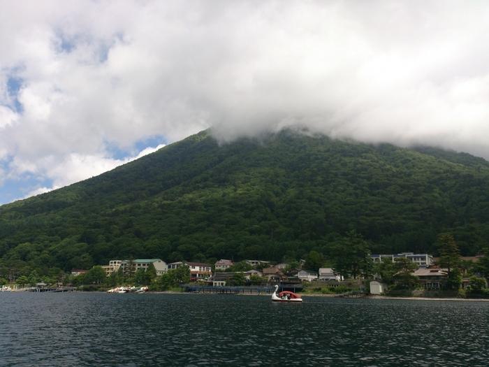 男体山を間近に見ながらの湖上散策は贅沢な気分♪クルージング船の他、スワンボートなどもあるのでぜひ楽しんでみてくださいね。