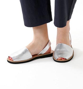 歩きやすくカジュアルな印象のフラットサンダル。初めに買うなら、アッパーの面積が広めのものをチョイスすると◎かかとにストラップが付いたタイプなら、リラックス感の中に程よくきちんと感がプラスされます。