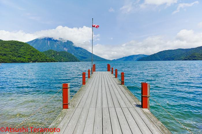 「中禅寺湖」は、およそ2万年前に男体山の噴火による溶岩で渓谷がせき止められ、原形ができたといわれています。水面の標高が1,269メートルあり、日本でもっとも高地にある湖です。