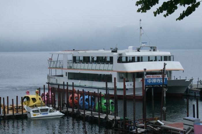 中禅寺湖をゆっくりクルージングしてみませんか?おすすめは、船の駅中禅寺を起点として、菖蒲ヶ浜桟橋、立木観音桟橋を経由し、名所を巡る55分のコース。約120名を乗せる大型クルージング船は、ゆったりと湖を進みます。