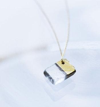 天然石のカルサイトを使用したネックレス。一つ一つ手作業でゴールドペイントを施しているので、どこかあたたかみがあります。