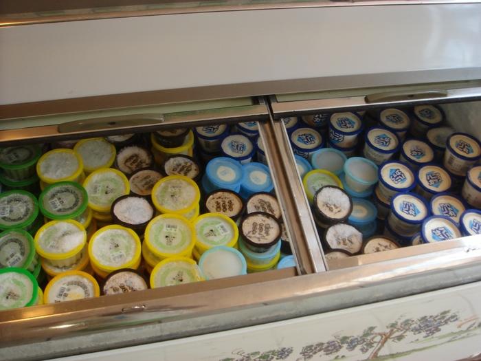 見学のあとは、工場内で作ったアイスの試食ができます。大好きなあのアイスや、まだ食べたことがないアイスなど、思わず大人もわくわくしてしまいますね。しかも、無料。夏の暑さが吹き飛びそうです。