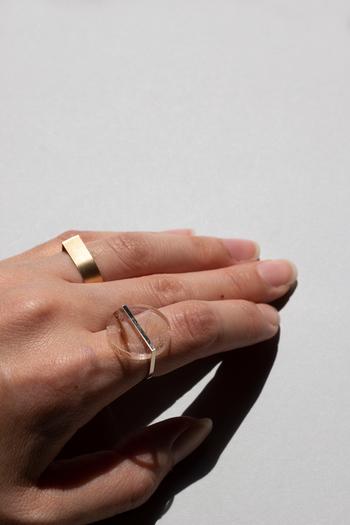 指先にさりげなく旬感を添え、他のリングとも合わせやすいシンプルさなのも嬉しいですね。