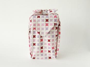 長方形でも、正方形でも紙のようにラッピングできる風呂敷。キュッと結び目を作れば、リボンのようなかわいらしさも作れます。