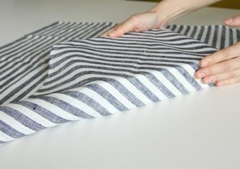 1の端を箱に沿う様にぴったりと包みます。軽く布を引っ張るのがコツ。