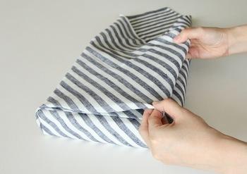 反対側も同様に折ったら、幅からはみ出る布は内側にきれいに折り込みましょう。