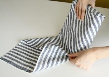 箱を持って転がすときも、布がはみ出ないように内側に折り込んで。どの工程も、きっちり布を張りながら行うのがポイントです。