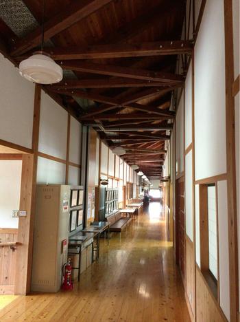 廃校になった校舎を活かした造りで、板張りの廊下が気持ちいいですね。「和食 古宮」は宿泊施設と隣接したスペースにあります。