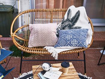 食事をするための椅子とは別に、のんびりと過ごせるリラックスベンチを並べれば、グランピング感がアップします。こちらは、リゾート気分を味わえるラタン素材のベンチ。