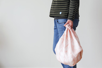 四角い風呂敷の端をキュッと結んで、即席のバッグに。結び目が可愛らしい普段使いのバッグに変身。
