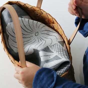 夏に活躍するカゴバッグ。中に入れた荷物の目隠しに、風呂敷をサッと。さり気なく女子力高めのオシャレが完成です。