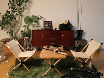 賃貸など、ベランダがない方はお部屋をアウトドアスタイルに変えるのもオススメです。グリーンのラグや植物で、アウトドア気分に浸れます。