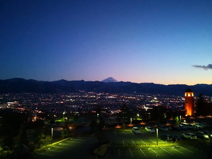 大人の日帰り旅の締めくくりは、ステキな夜景がおすすめ。「笛吹川フルーツ公園」から甲府盆地を望む夜景は、日本で特に美しい3か所の夜景「新日本三大夜景に選定」に選定されています。日没後に公園に向かうと、道の外灯がぶどうや桃の形で紫色やピンク色の光を放っているので、こちらも要チェックです。