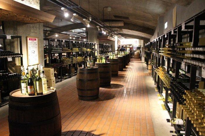 地元甲州市推奨の約200銘柄・約2万本のワインが揃っています。ひんやりと涼しい空間で、ゆっくりとワインを楽しんでみませんか?