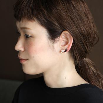 こんなふうに重ねつけも楽しめるイヤリングです。個性がありながらも上品にお顔回りを彩ってくれるイヤリングです。