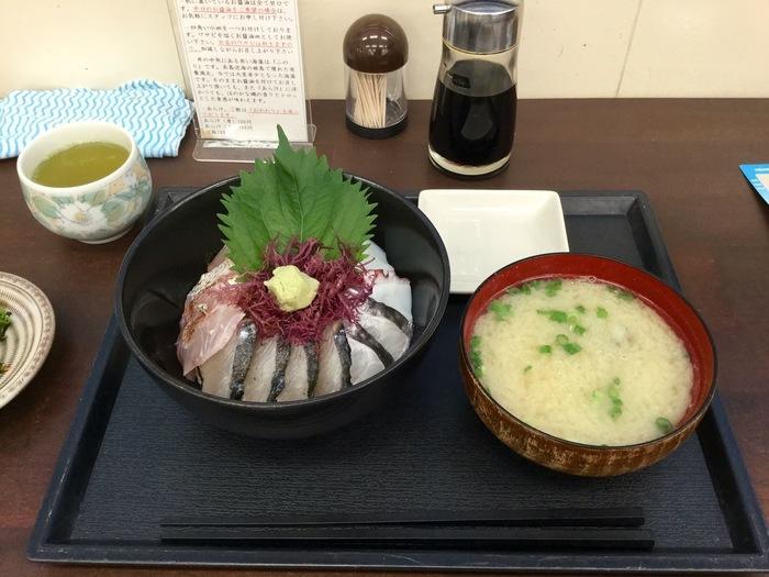 店内には糸島の新鮮なお魚を安く、手軽に、たらふく食べられる海鮮丼屋さんがあります。 こちらは糸島産の食材や調味料にもこだわった糸島海鮮丼。旅の道中だとお魚を買うのは大変ですが、こうして店内で糸島ならではの味わいを楽しめるのが嬉しいですね。