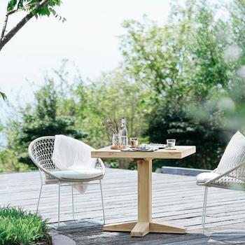 屋外でも使える耐久性・耐候性の高い椅子です。スタイリッシュでデザイン性にも優れているので、ベランピングで活躍すること間違いなしのインテリアアイテムです。