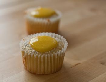ケーキ、タルト、ムースなど、おしゃれな洋菓子作りにもレモンカードは活躍!いつものスイーツレシピのアレンジにも使ってみてくださいね。パンケーキやアイスクリームに添えたり、クッキーに挟んだりするだけでもOKですし、簡単にアレンジできちゃいます。