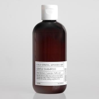 天然の植物由来成分とアロマオイルを使ったシャンプーは防腐剤及び酸化防止剤も一切含まず、頭皮と毛髪を優しく洗浄し髪本来の輝きと潤いを保つ効果が期待できるとされています。全て植物由来で作られたシャンプーは子どもでも安心して使えるほど肌に優しく頭皮の健康を保ち、指通りのいい洗い上がりで乾燥からのダメージを補修しくれます。
