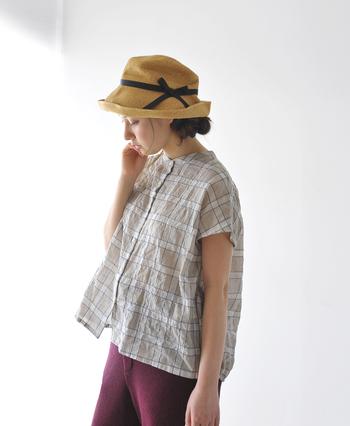 ロングヘアの人は、帽子から出てしまう部分が紫外線を浴びてしまうので、ローシニヨンするなど、なるべく帽子のツバに髪が収まるようにすると、より効果的です。