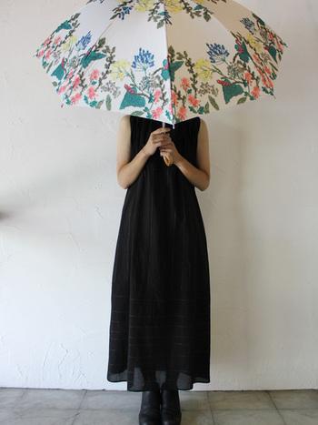 日傘も紫外線対策には有効です。とくに日傘は頭だけでなく上半身の日よけ対策になり帽子よりも広い範囲を紫外線から守ることができます。帽子をかぶると、どうしても崩れがちなヘアアレンジも日傘であれば崩れてしまう心配もないので、自由にヘアアレンジを楽しむことができます。