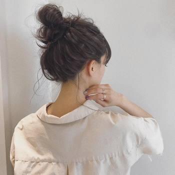 髪の分け目を作らず、ざっくりとまとめたルーズなお団子スタイル。お団子アレンジはロングヘアでボリュームがある髪でも全体的にスッキリとまとめます。ルーズさがこなれ感を出していてオシャレさもUP。低い位置のお団子なら帽子スタイルとも相性抜群◎