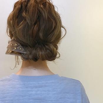 一つに束ねた髪の結び目に髪の毛束を押し込めて仕上げるギブソンタック。ギブソンタックのヘアアレンジなら、ロングヘアでも肩より上のすっきろとしたコンパクトなヘアアレンジに変身します。