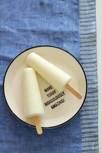 懐かしさを感じるシンプルなミルクアイスバー。こちらはなんと、牛乳とコンデンスミルクだけで作れるんです!フルーツを入れてみたり、ココアで風味を変えてみたり、シンプルだからこそいろんなアレンジが楽しめそうですね。
