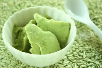 ビタミングリーンが鮮やかなアボカドアイスは、4つの材料をミキサーで混ぜて冷凍庫で冷やすだけ!しっかりと凍らせるとシャーベットのようにシャリシャリに、少し溶かすとアボカドの濃厚な味わいが楽しめます。