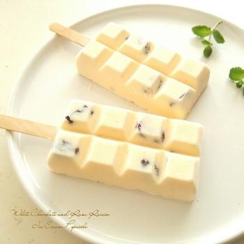 ホワイトチョコレートで作ったアイスクリームに、ラムレーズンを入れた大人のアイスバー。芳醇な香りのラムレーズンがアクセントになっています。板チョコのような形がユニークですね♪