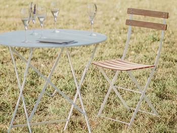 ラウンド型のテーブルは、カフェやレストランのテラス気分が味わえます。