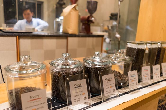 札幌本店内には「椿珈琲焙煎所」があり、こだわりのコーヒーはここから全国のお店へと運ばれます。冷めてもおいしいクリーンな味は、丁寧な豆のピッキングと焙煎技術のたまもの。