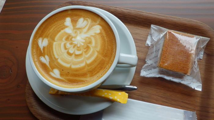 丸美珈琲店オーナーは世界の競技会で数々の入賞歴を持つコーヒーのスペシャリスト。個性豊かなスペシャルティコーヒーは、雑味がなく華やかな香りを楽しめます。クオリティの高いラテアートの美しさも評判です。