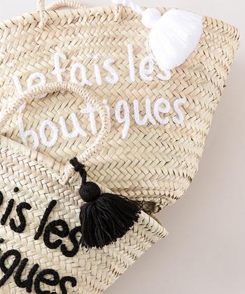 """je fois les boutique(フランス語でお買い物中)""""と書かれたかごバッグは元々は店内用のカゴだったもの。実際に販売して欲しいという声が多く商品化されたのだそう。"""