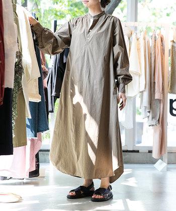 オリジナルのファッションアイテムも見逃せません。こちらはロングシャツワンピース。数量限定ですぐに完売してしまう人気アイテムです。