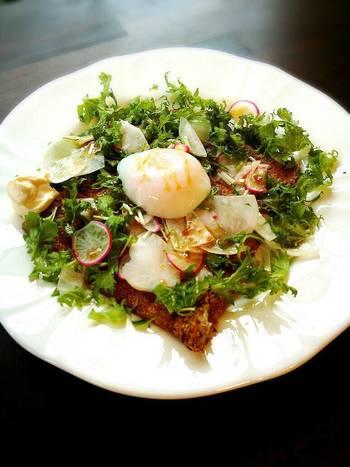 信州そば粉を使った鎌倉野菜のガレットは、野菜をたっぷり使用した女性に人気のメニュー。温泉卵を崩しながらいただけば、もちもちのガレットをよりおいしくいただけますよ。
