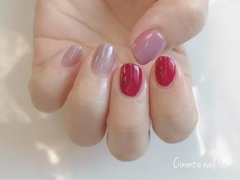 また、肌がほんのりピンクがかっているのでピンク系統の色味はどれも馴染みます。 シンプルに見せたい時はくすみピンクや、白っぽいピンクのネイルにして、休日はパステルカラーやローズピンクなど目を引く色に…など振れ幅を大きくしても良いですね。