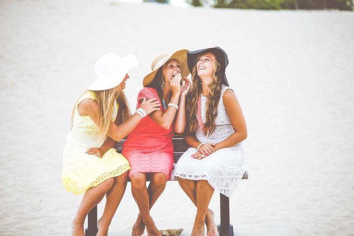 1人では寂しい、誰かに一緒にいてもらいたい、そんな気分の時は、気の置けない友人や大切なパートナーを頼りましょう。親しい人に話を聞いてもらったり、ただ「楽しい!」と思えることをするのもおすすめです。笑うことは心を軽くしてくれます。