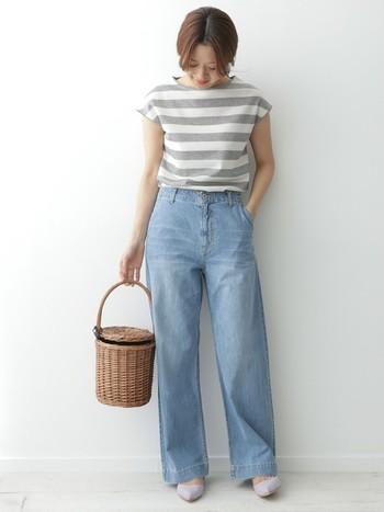 ともするとカジュアルコーデになりやすいライトブルーのデニムを上品に着こなすにはトップス選びがポイント。フレンチスリーブのボーダーで女性らしい雰囲気を作りながら、かごバックとパンプスで少女のような可愛らしさもプラス。明るめのトーンでまとめたナチュラルなスタイルです。