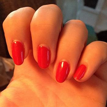 明るい色が好きなのに…という方には、オレンジ色っぽいレッドネイルをおすすめします。肌馴染みの良い明るさが、手指の明るさも一緒に引き上げてくれます。