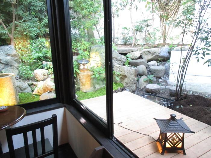 築120年の町家と庭。坪庭を囲むようなカウンター席もあり、ひとりでも入りやすい雰囲気です。