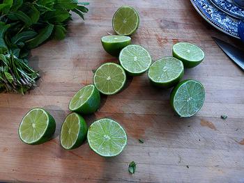 ライムもフォーによく付いてくるアイテム。食べるときに絞って、さわやかな味わいと風味を加えます。ハーブの緑と合わさって見た目もさわやかに♪ライムがないときには、レモンでもOKです。