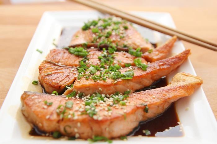 サーモンのソテーなど食材そのものの色合いが綺麗な料理は、小口切りしたネギを上からパラパラとかけるだけでおもてなし度が上がります。包丁が苦手な方はキッチンバサミを使えば綺麗に細かくネギを刻む事ができます。